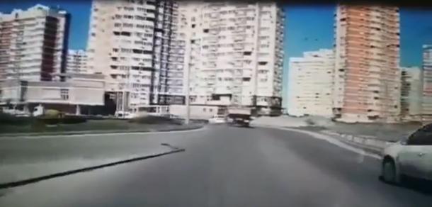 Пьяный водитель КамАЗа чуть не убил людей с детьми в Краснодаре