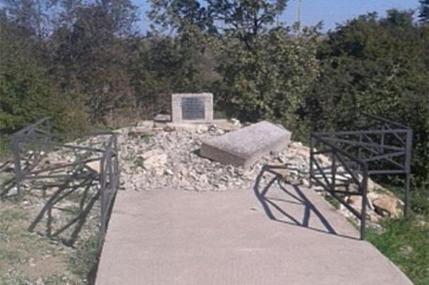 Вандалы изуродовали памятник убитым во время ВОВ подросткам в Новороссийске