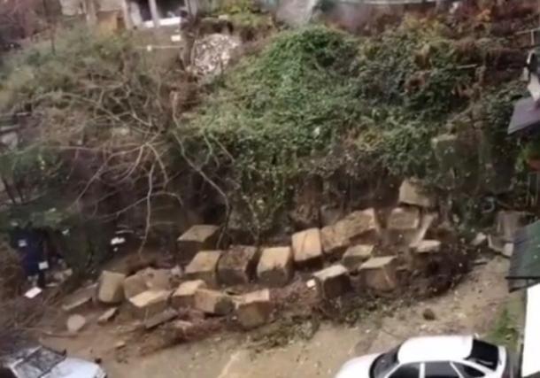 В Сочи в жилом районе обрушилась опорная стена: повреждена теплотрасса