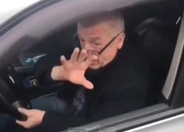Неадекватный водитель застрял на газоне в Краснодаре