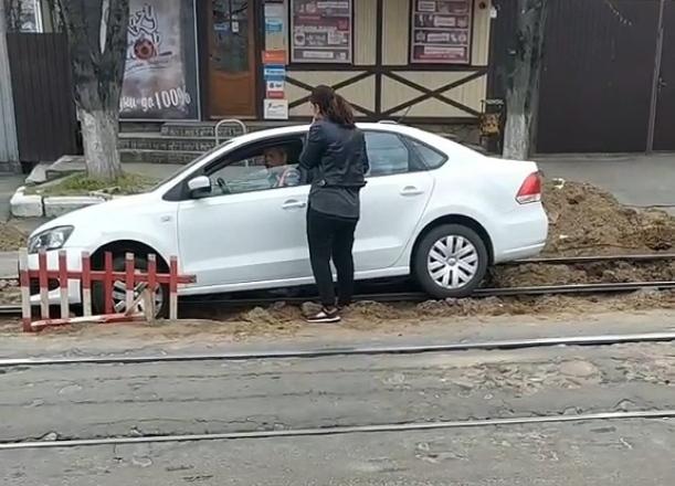 Женщина провалилась на машине в трамвайные пути в Краснодаре