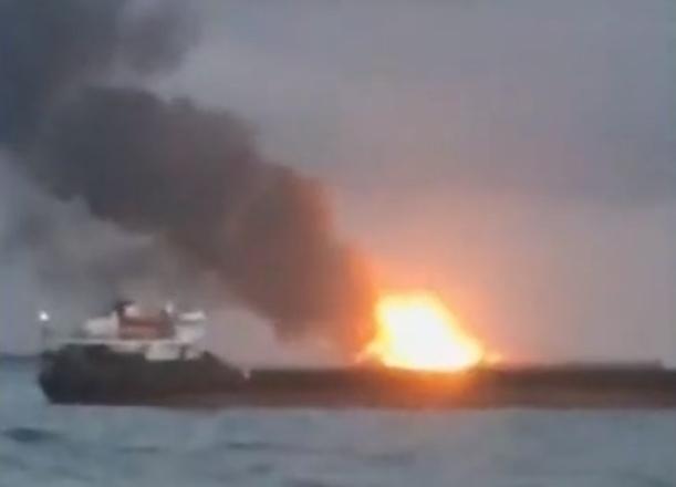 «Творится что-то жуткое»: загорелся газовоз в Керченском проливе