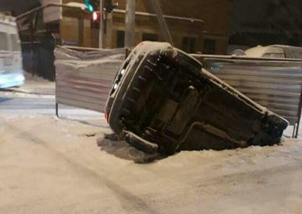 «Полет в бездну»: в Краснодаре иномарка провалилась в яму посреди дороги