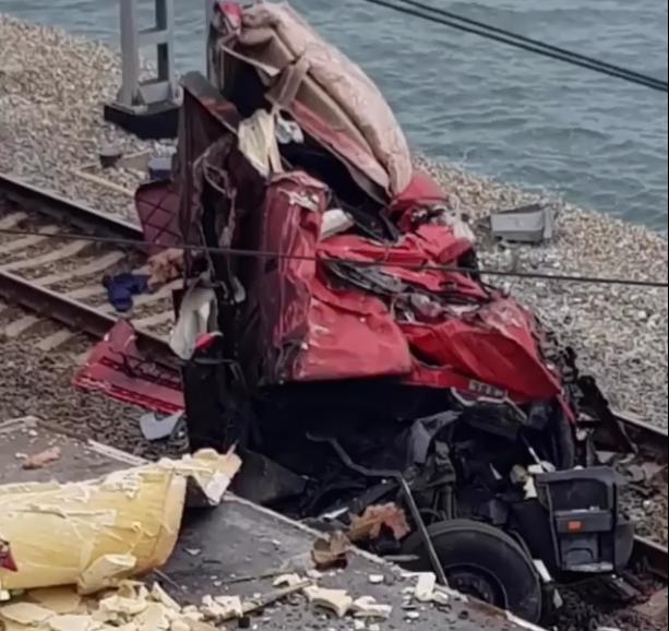 Упавший на ж/д пути грузовик в Сочи заблокировал движение поездов