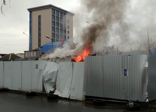 При пожаре в рабочем вагончике в Краснодаре пострадал человек