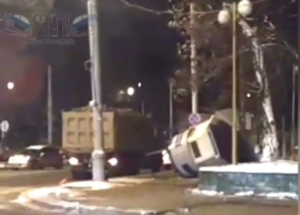 Полицейскую будку в Краснодаре протаранил КамАЗ