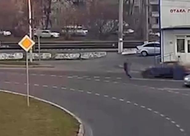 Мужчину с 6-летней дочкой на электросамокате сбила машина в Краснодаре
