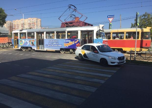 ДТП с такси парализовало движение трамваев в Краснодаре