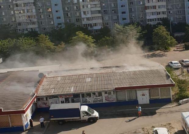 В Краснодаре загорелся продуктовый магазин