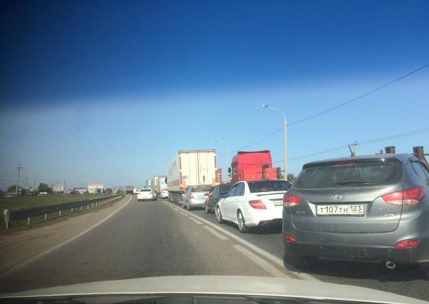 Из-за ДТП с мусоровозом под Краснодаром образовалась огромная пробка