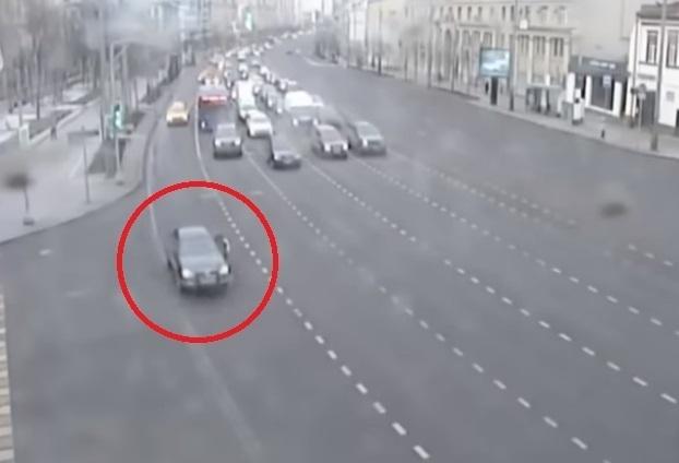 Отчаянный житель Кубани в Москве прокатил на двери своего автомобиля полицейского