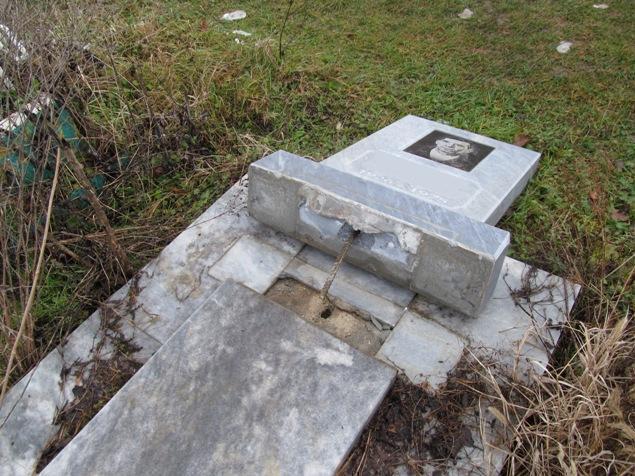 Школьники разгромили могилы в Белореченском районе