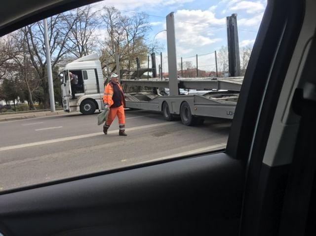Водитель фуры устроил ДТП и перекрыл движение по Ростовскому шоссе в Краснодаре