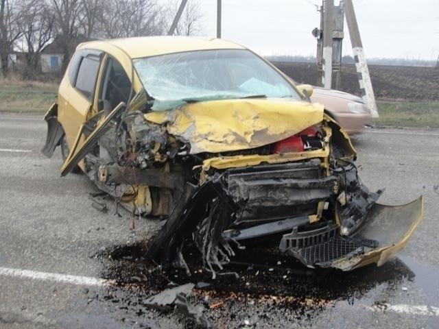 В Калининском районе «Форд-Мондео» столкнулся с двумя иномарками, есть пострадавшие