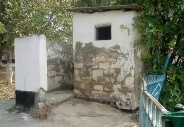 Уличный школьный туалет «римской эпохи» на Кубани раскритиковали в сети