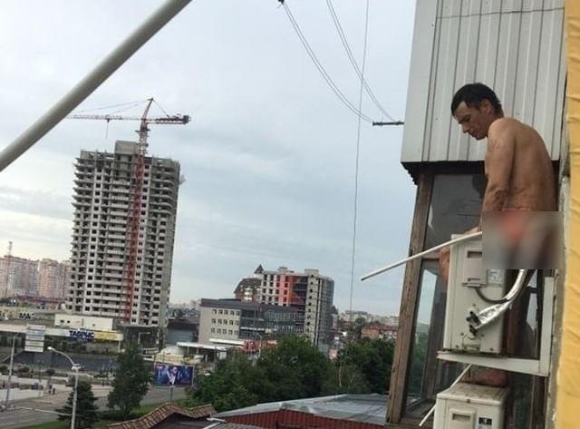 Голый мужчина изрезал товарища и проник на балкон к соседям в Краснодаре