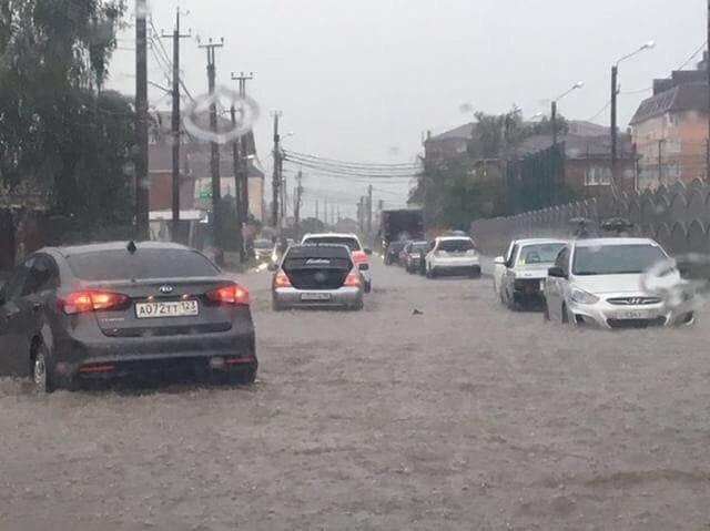 Ливень затопил Краснодар: вода по щиколотку, а машины бороздят «моря»