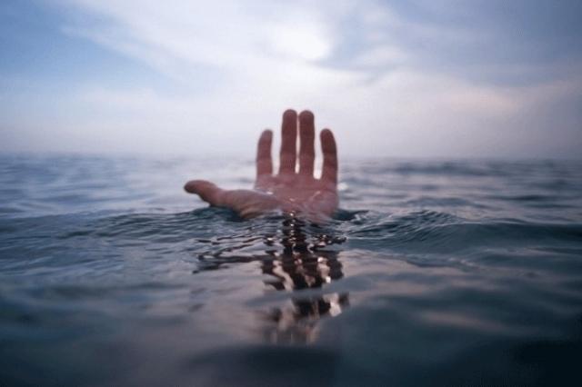 В Геленджике молодой человек выпал за борт судна в море