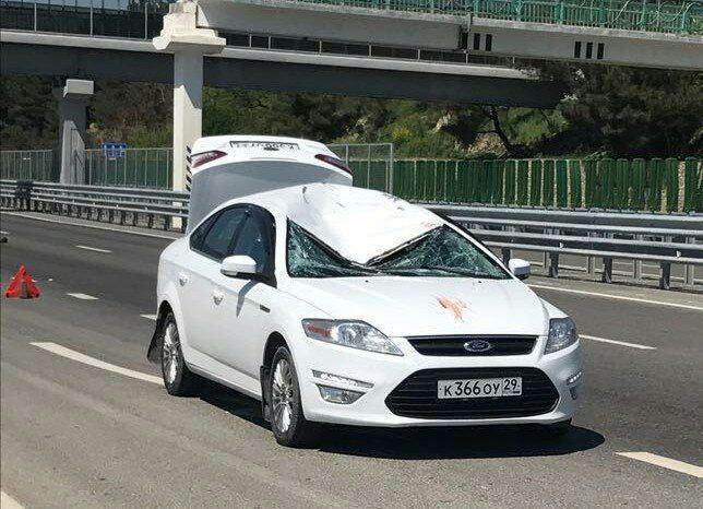 Видео: Мужчина рухнул на проезжавшую под ним машину в Геленджике