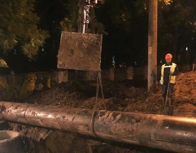 Прорыв канализации на Клинической в Краснодаре устраняют