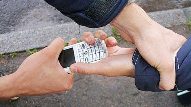 ВЕйском районе преступник расплатился похищенным телефоном запроезд втакси