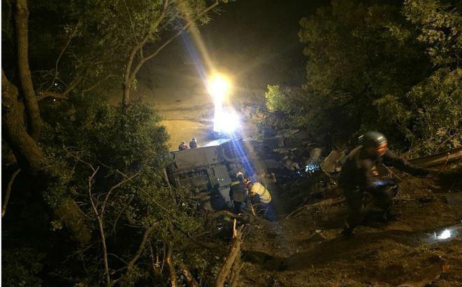 Автобус и иномарка сорвались с обрыва на Кубани: погибли три человека