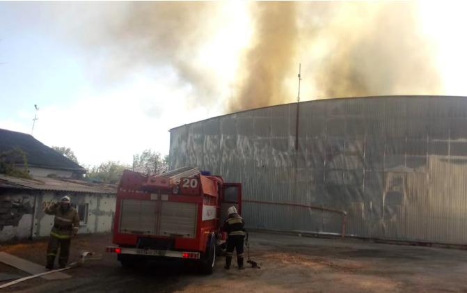 Крупный пожар разгорелся на складе строительных материалов в Новороссийске