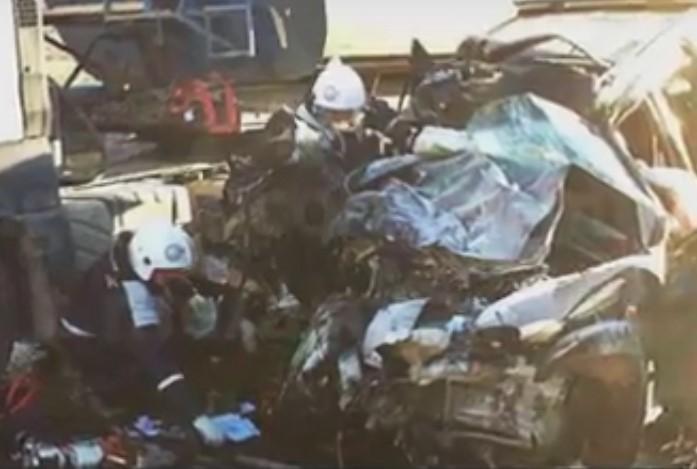 В Армавире беспощадно столкнулись фура и внедорожник, погибли двое