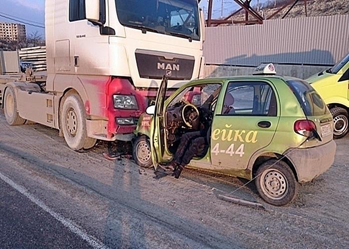 Два человека погибли, протаранив фуру на «Dewoo» в Новороссийске