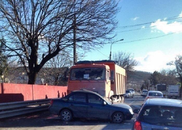По главной дороге: иномарка на полном ходу влетела в КамАЗ в Новороссийске