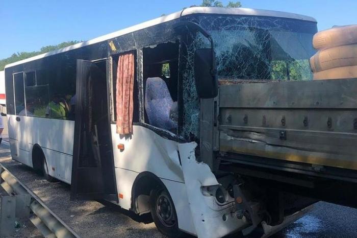 Автобус врезался в грузовик под Краснодаром: 17 раненых