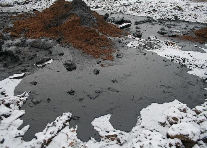 Три тонны мазута вылилось из перевернувшейся автоцистерны на Кубани