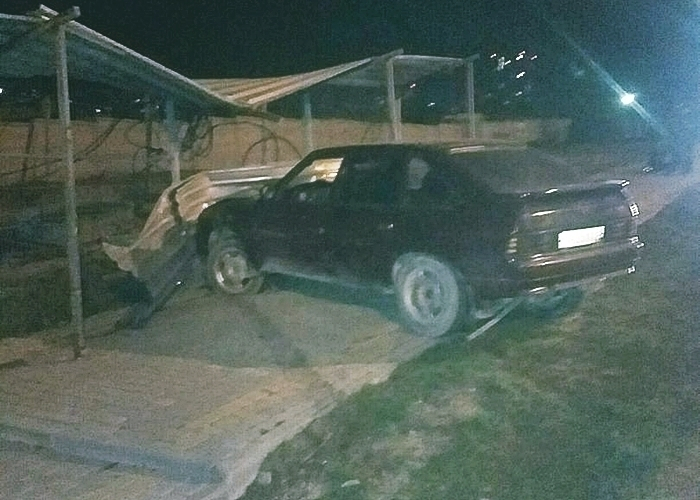 Водитель легковушки протаранил забор в Новороссийске