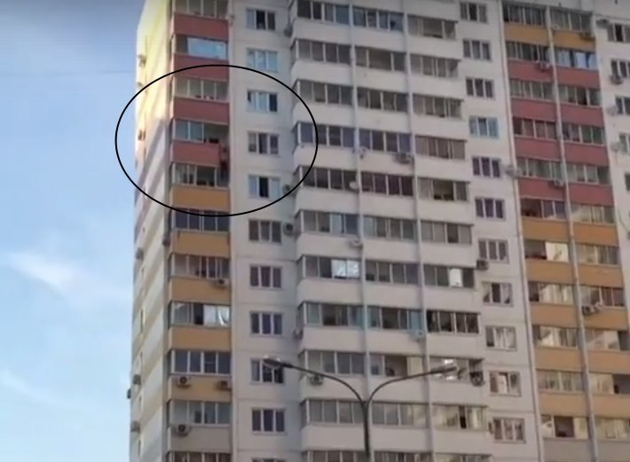 Видео сповисшим набалконе 12-этажа мужчиной вКраснодаре «взорвало» соцсети