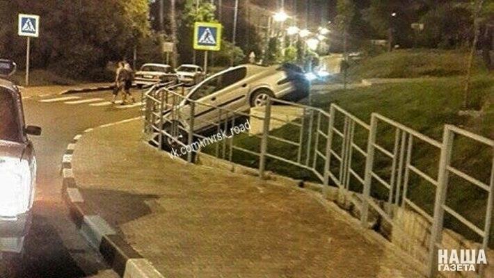В Новороссийске автомобиль съехал с возвышенности и врезался в ограждение
