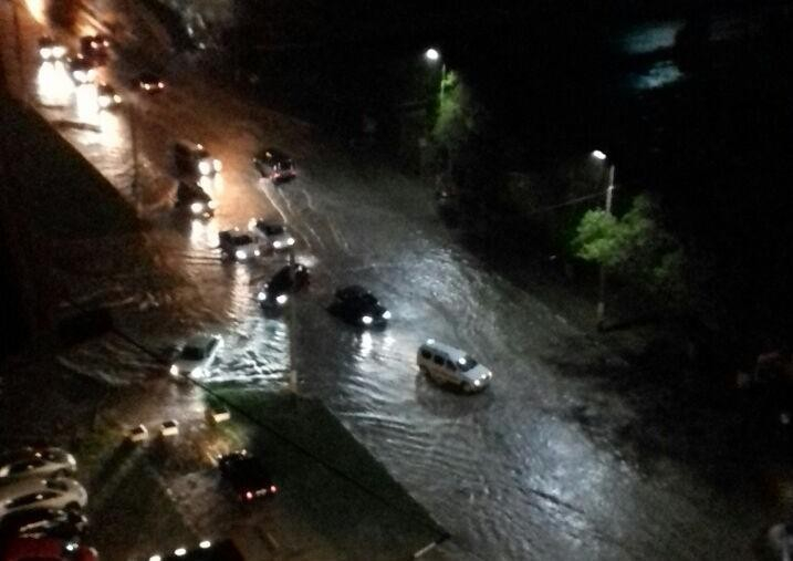 Ливень затопил Новороссийск: людей просят не выходить из домов