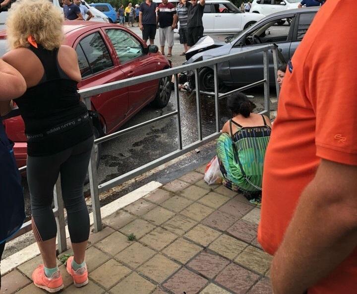 Иномарка сбила толпу людей на остановке в Сочи