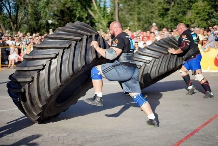 В Анапе бравые парни потягаются силой с грузовиком