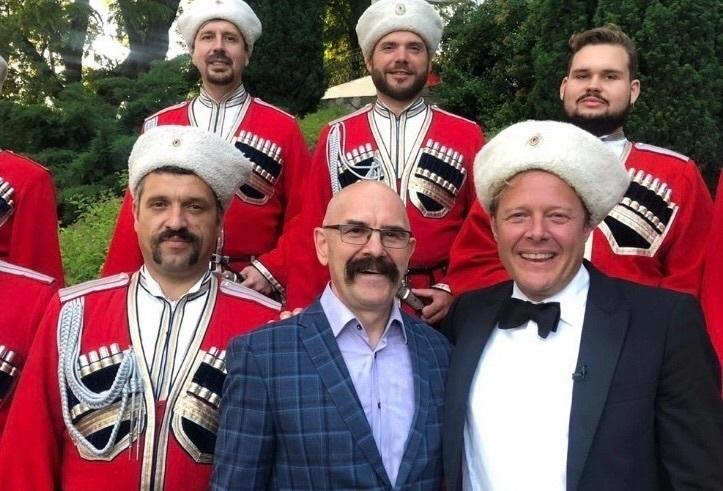 Ведущий «Поедем, поедим» спел с Кубанским казачьим хором и пофлиртовал с краснодарками