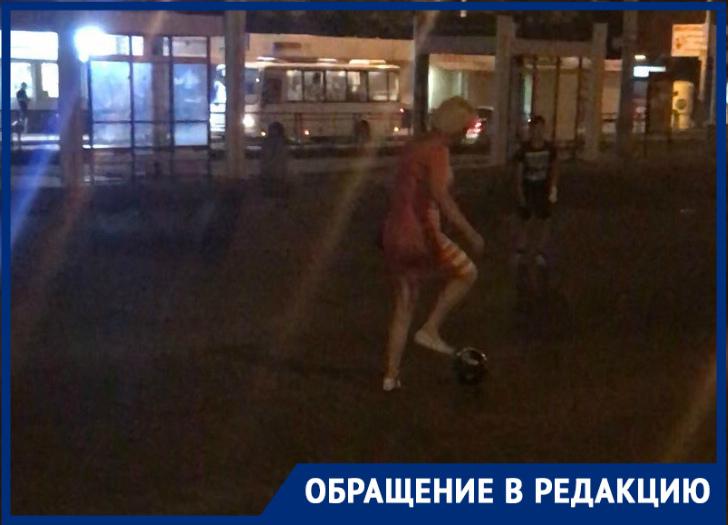 Играющие на проезжей части дети встревожили краснодарку