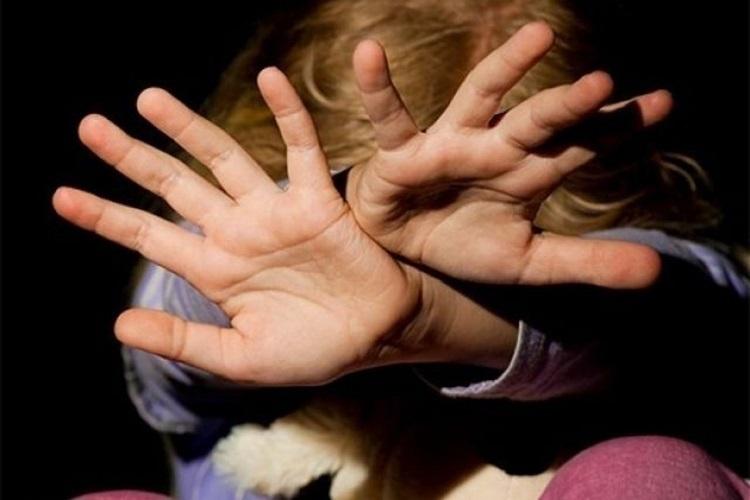 Житель Сочи зверски избил  шваброй 13-летнюю дочь своей  любовницы