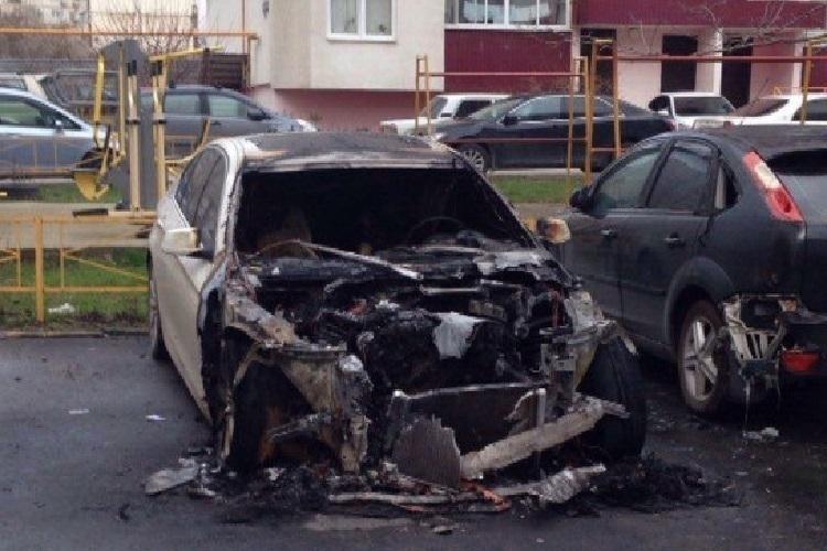 В Новороссийске сгорели три легковушки
