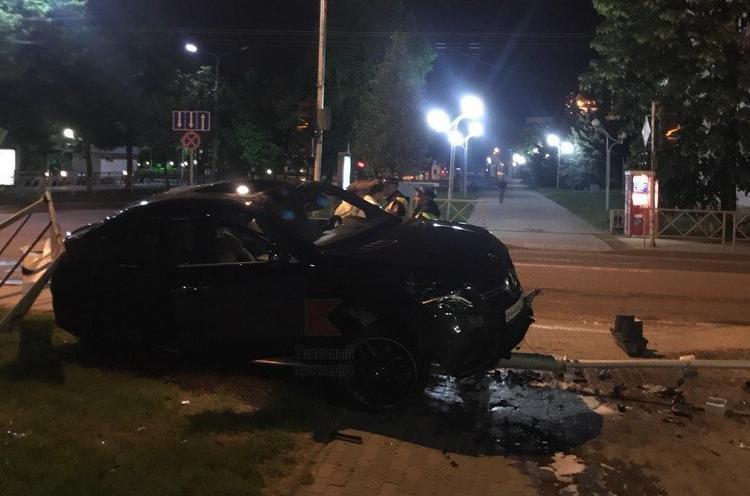В ночном ДТП в Краснодаре водитель «Мерседеса» снес светофор