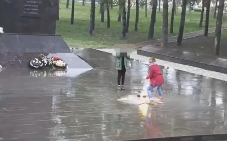 «Наглядное пособие»: школьниц, наплевавших на Вечный огонь, приглашают на экскурсию в Новороссийск