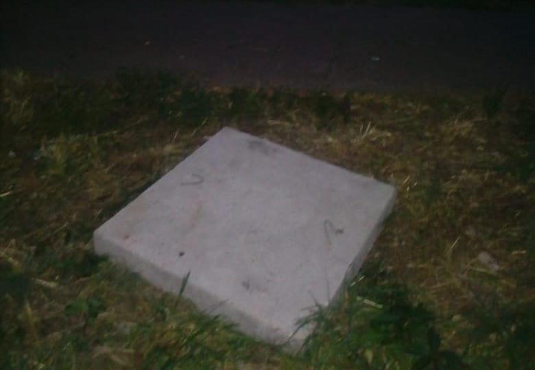 В Краснодаре люк, в который упала девочка, прикрыли плиткой