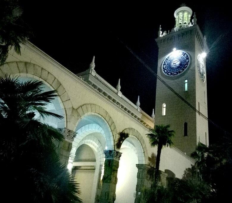 Загадочные вокзальные часы в Сочи остановились