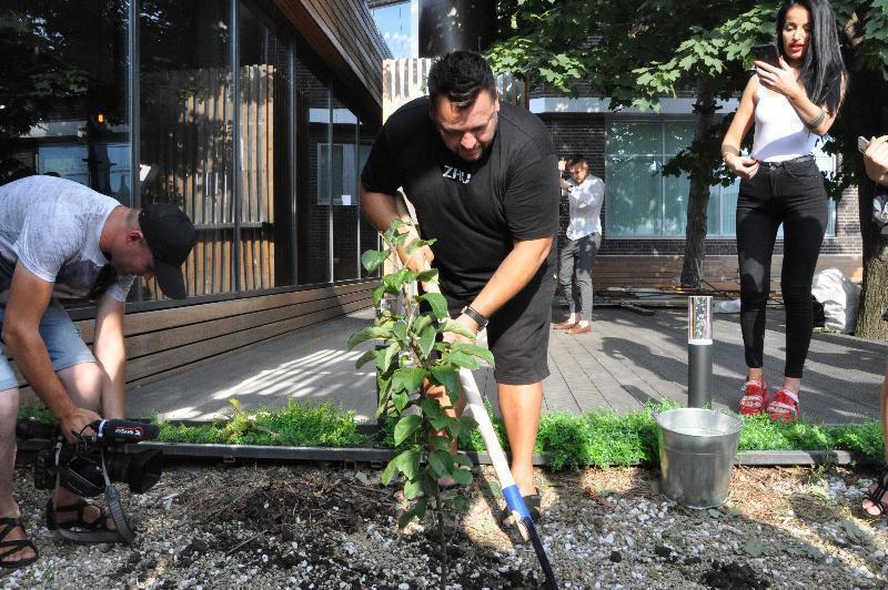 Солист группы «Руки вверх» Сергей Жуков посадил в Краснодаре яблоню