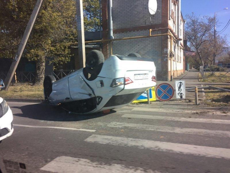 В центре Краснодара произошло ДТП, одна из машин перевернулась