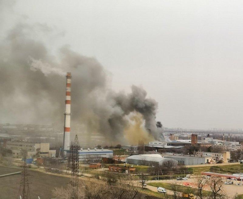 В Краснодаре загорелся склад с пластиком и бумагой авиация готовится тушить