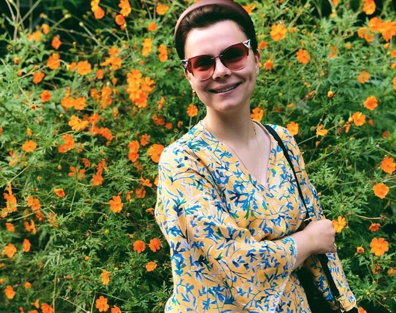 Молодая подруга Петросяна «выгуливает» дорогие наряды на отдыхе в Сочи